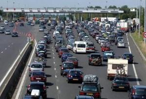 Sur l?A 10, un important ralentissement de 12 kilomètres de long a eu lieu, samedi, au péage de Monnaie en Indre-et-Loire. Une autre retenue s?est produite au niveau de Niort.